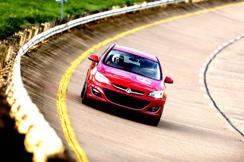 Autoperiskop.cz  – Výjimečný pohled na auta - Dva Opely Astra se pokusily ustavit celkem 18 nových rekordů na rychlostním okruhu Millbrook