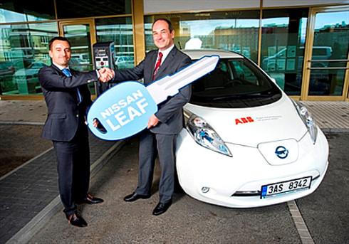Nissan předal v České republice první 100% elektromobil Nissan Leaf společnosti ABB