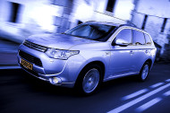 Autoperiskop.cz  – Výjimečný pohled na auta - Šest měsíců co byl Mitsubishi Outlander PHEV v Nizozemsku uveden na trh, už bylo zákazníkům dodáno 10 000 vozů