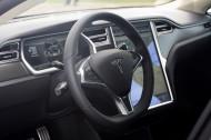 Autoperiskop.cz  – Výjimečný pohled na auta - Tesla Model S čtyřdveřový, pět metrů dlouhý plně elektrický pětisedadlový sedan luxusní třídy – cena v ČR předběžně stanovena na 3 350 000 Kč