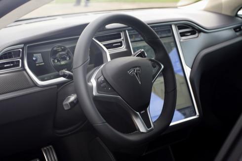 Tesla Model S čtyřdveřový, pět metrů dlouhý plně elektrický pětisedadlový sedan luxusní třídy – cena v ČR předběžně stanovena na 3 350 000 Kč