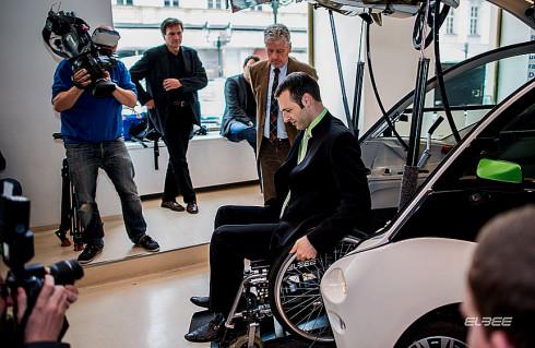 Unikátní vozidlo pro vozíčkáře, výrobek hanácké společnosti ZLKL, bylo 15. května představeno v souvislosti s jeho prodejem na našem trhu