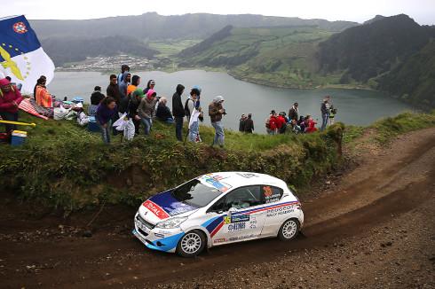 Peugeot na Azorské rally, která byla silně zastoupená jezdci Peugeot Rally Academy (17. května 2014)