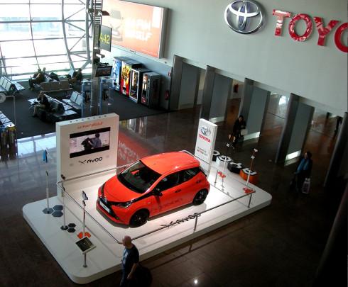"""Se zcela novou Toyotou AYGO se nyní mohou podrobněji seznámit všichni cestující procházející terminálem """"A"""" bruselského letiště"""