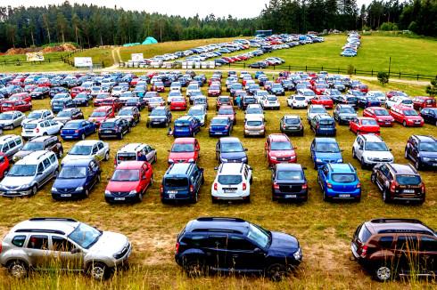 Autoperiskop.cz  – Výjimečný pohled na auta - Dacia piknik 2014: první ročník celodenního neformálního setkání majitelů vozů Dacia navštívilo celkem 3 954 účastníků, které přijely celkem v 1 064 vozech!