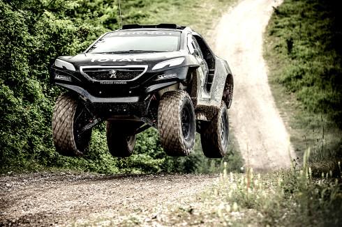 Autoperiskop.cz  – Výjimečný pohled na auta - Odvážná technická výzva vozu Peugeot 2008 DKR s pohonem jen jedné nápravy připravovaný na Dakar