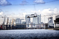 Autoperiskop.cz  – Výjimečný pohled na auta - Nový Jaguar XF se představil při dramatickém přejezdu řeky na visutých lanech v samotném centru londýnské obchodní čtvrti