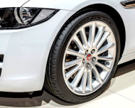 Autoperiskop.cz  – Výjimečný pohled na auta - Nový Jaguar XE obouvá pneumatiky Dunlop