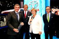 Autoperiskop.cz  – Výjimečný pohled na auta - Německá kancléřka Angela Merkelová navštívila na frankfurtském autosalonu stánek značky Toyota