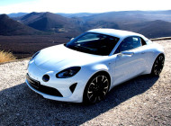 Autoperiskop.cz  – Výjimečný pohled na auta - Alpine je zpátky: Elegance, hbitost, autentičnost dvoumístného kupé s motorem vzadu uprostřed je závan čerstvého vzduchu do prémiových sportovních vozů, z 0 na 100 km/h za méně než 4,5 sekundy
