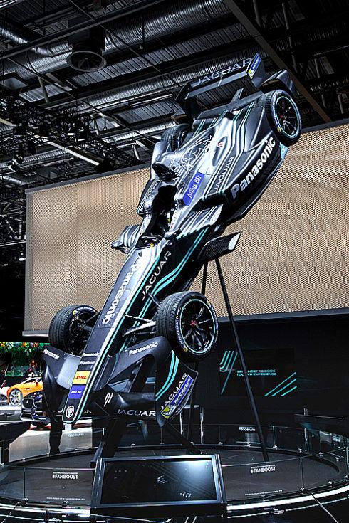 Autoperiskop.cz  – Výjimečný pohled na auta - Značky Jaguar a Land Rover se blýskly na pařížském autosalonu světovou premiérou, rekordem, překvapivým oznámením a debutem v motorsportu