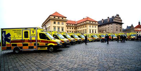 Autoperiskop.cz  – Výjimečný pohled na auta - Deset nových sanitních vozů Mercedes-Benz Sprinter se skříňovou nástavbou a jeden vůz GLE v prosinci 2016 převzali zástupci Zdravotnické záchranné služby hl. m. Prahy (ZZSHMP)