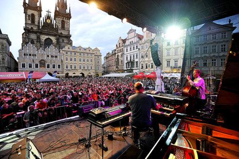 Autoperiskop.cz  – Výjimečný pohled na auta - Das RentAuto, originální autopůjčovna vozidel značky Volkswagen Užitkové vozy, podporuje právě probíhající hudební festival Bohemia JazzFest, který potrvá až do 18.července