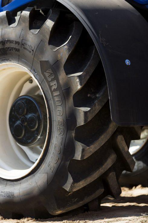 Autoperiskop.cz  – Výjimečný pohled na auta - Bridgestone uvádí na trh pneumatiku VX-TRACTOR s maximální trakcí a dlouhou životností