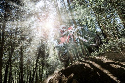 Autoperiskop.cz  – Výjimečný pohled na auta - Bridgestone uvádí na trh motocyklovou pneumatiku BATTLECROSS E50 pro endurové soutěže