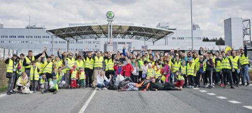 """Autoperiskop.cz  – Výjimečný pohled na auta - Zaměstnanci ŠKODA AUTO během akce """"Ukliďme Česko"""" posbírali v okolí výrobních závodů více než 1,5 tuny odpadků"""