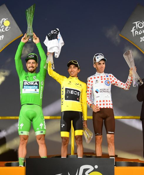 Autoperiskop.cz  – Výjimečný pohled na auta - Vítěz Tour de France Egan Bernal slaví s křišťálovou trofejí navrženou ŠKODA AUTO