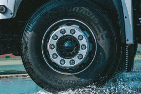 Autoperiskop.cz  – Výjimečný pohled na auta - Pneumatika Bridgestone Duravis R002 dosáhla v testech TÜV SÜD nejlepších výsledků na mokru