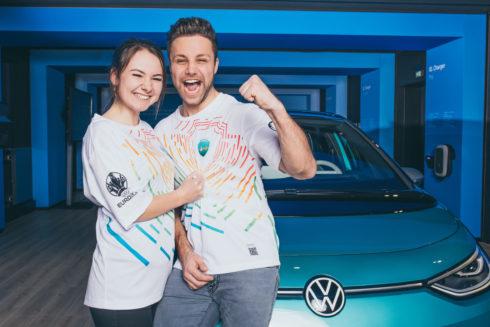 Autoperiskop.cz  – Výjimečný pohled na auta - Volkswagen zajistí fanouškům mobilitu během turnaje UEFA EURO 2020™: Tričko je poukazem k použití elektrické koloběžky, jízdního kola a dalších služeb mobility
