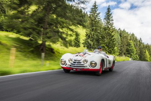 Autoperiskop.cz  – Výjimečný pohled na auta - Bývalý jezdec Formule 1 a vítěz závodu v Le Mans HansJoachim Stuck za volantem vozu ŠKODA Sport