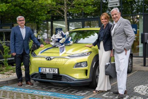 Autoperiskop.cz  – Výjimečný pohled na auta - Manželé Heřmánkovi řídí Hyundai Kona Electric