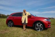 Autoperiskop.cz  – Výjimečný pohled na auta - Moderátorka Lucie Borhyová je i nadále věrná značce DS.  Od srpna ji můžete potkat v červeném DS 7 CROSSBACK E-TENSE 4×4