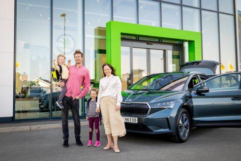 ŠKODA AUTO předala zákazníkům první vůz ENYAQ iV