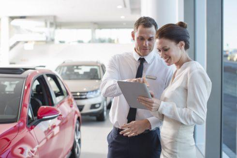 Prodej aut v Česku i Evropě rekordně vzrostl, stále častěji je Češi pořizují na operativní leasing