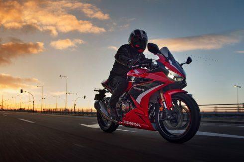 Trojice mimořádně oblíbených modelů značky Honda – CB500F, CBR500R a CB500X – získala pro modelový rok 2022 vylepšené motory a podvozek.