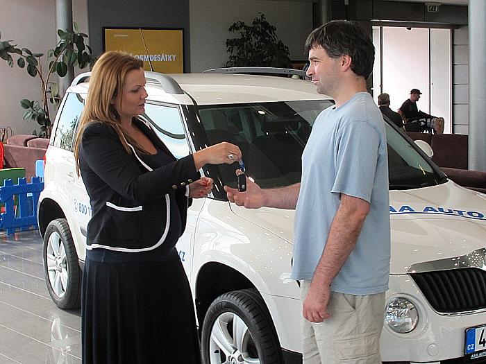 Generální ředitelka AAA AUTO Karolína Topolová předala včera výherci soutěže automobil Škoda Yeti
