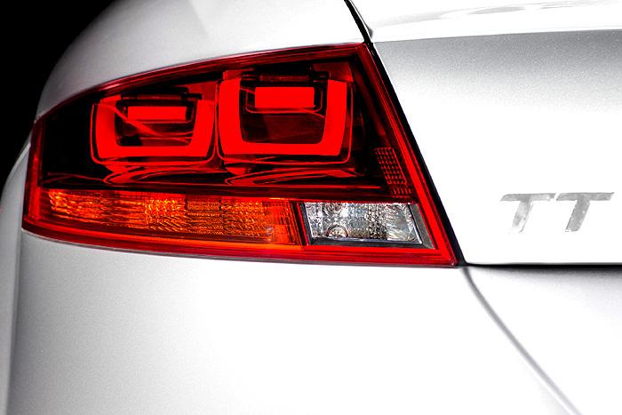 OLED dobývá třetí dimenzi: První auto s 3D konceptem zadního osvětlení