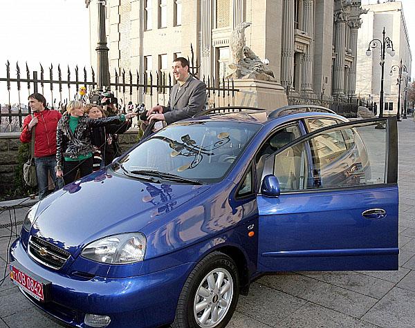 Nejvyšší člověk světa dostal Chevrolet Tacuma