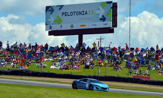 Prototyp Hondy NSX nadchl během ukázkového kola na okruhu Mid-Ohio fanoušky motoristického sportu