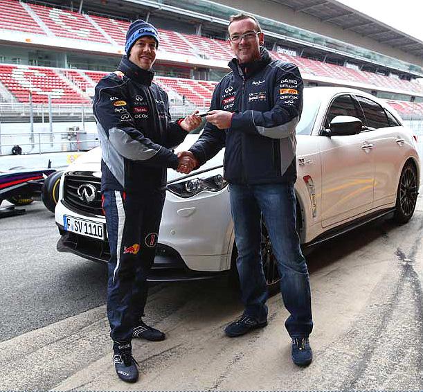 U příležitosti svých 26. narozenin si převzal Sebastian Vettel, ředitel výkonu značky Infiniti, svůj nový vůz: FX Vettel Edition.