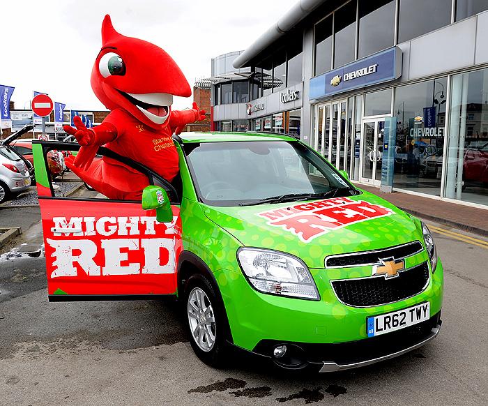 Chevrolet daroval pro maskota Liverpool FC, nazývaného Mighty Red, nový Chevrolet Orlando