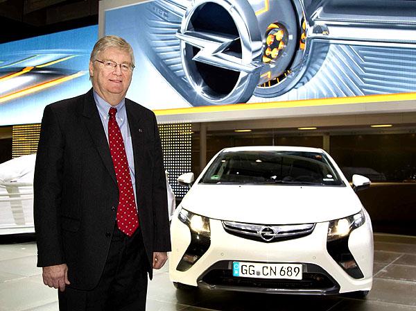 Nick Reilly, šéf automobilky Opel, dorazil selektromobilem Opel Ampera na ženevský autosalon