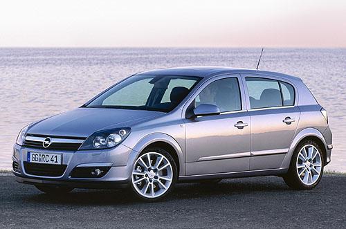 Světová premiéra Opel Astra nové generace na autosalonu ve Frankfurtu nad Mohanem (13. až 21. září 2003)