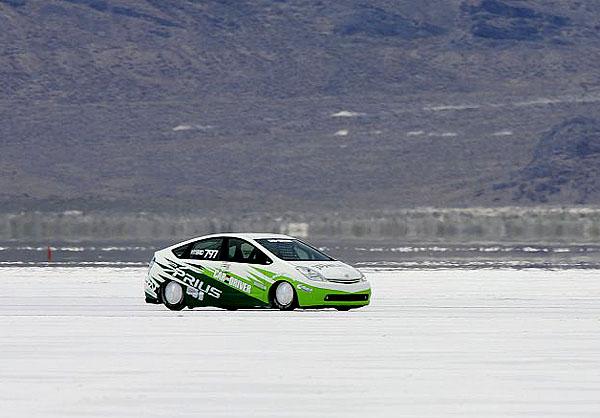 Rekordní jízdy Toyoty Landspeed Priusu shybridním pohonem na solném jezeře vBonneville ve státě Utah