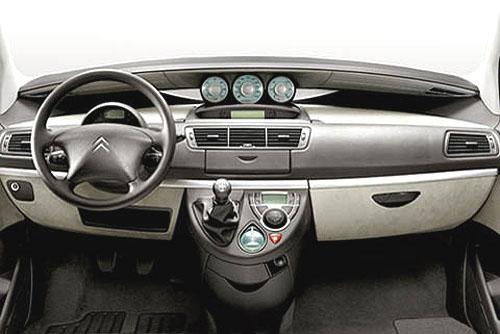 Citroen uvedl na trh velkoprostorový C8 nového modelového roku