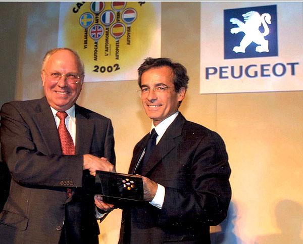 Generální ředitel Peugeotu Frédéric SAINT-GEOURS oficiálně převzal ocenění Automobil roku 2002 udělené modelu Peugeot 307