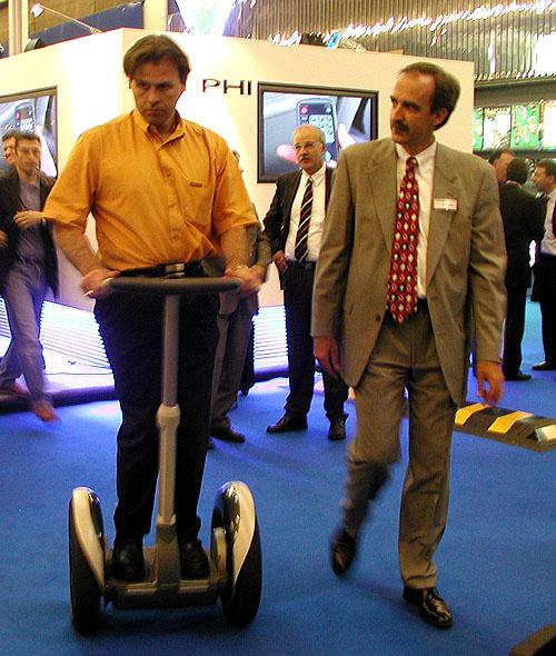 Na pařížském autosalonu jsem měl možnost vyzkoušet si malý zázrak -dvoukolové jednoosé vozítko Segway Human Transporter