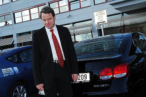 Pět nových automobilů shybridním pohonem převzal od Tsutomu Otsuba, prezidenta společnosti Toyota Motor Czech ministr životního prostředí Martin Bursík.