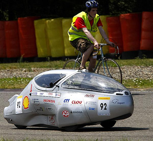 Shell Eco-marathon Europe, který se každoročně zabývá otázkou snižování produkce emisí vozů azvýšení efektivnosti spotřeby paliv, byl včera zahájen