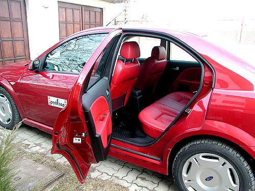 Čtyřdveřový sedan Ford Mondeo ST220 snejvýkonnějším motorem vredakčním testu