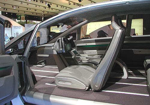 Na pařížském autosalonu mě zaujal vystavený pětimístný koncept GM Hy-wire svodíkovými palivovými články