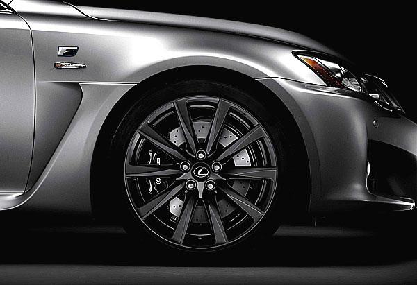 Technologie Lexus IS F umožňuje jízdu na závodním okruhu i v každodenním provozu
