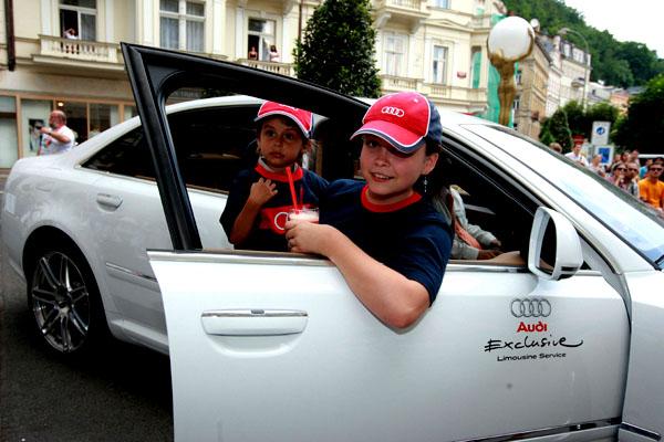 Z festivalových limuzín Audi vyskákaly děti zdětských domovů