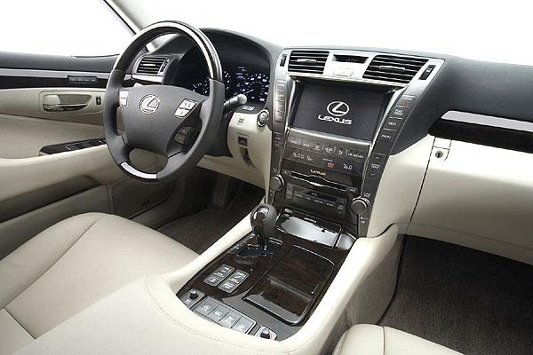 Lexus na v neděli zakončeném autosalonu v Paříži