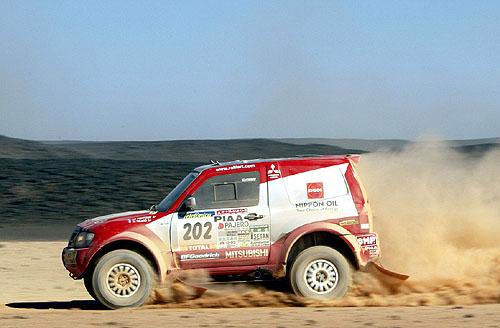 Mitsubishi 10. ledna 2003 stále na prvním i druhém místě na Dakaru 2003, na třetím místě se stále drží BMW X5