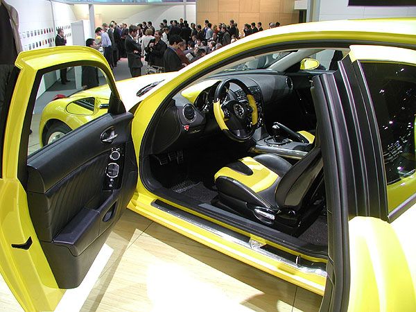 Mazda představila na letošním autosalonu v Ženevě konečnou výrobní verzi čtyřmístného super-sportovního coupe RX-8 (2)